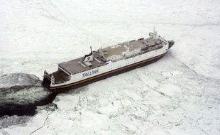 Un cargo est coincé dans la glace, dans la mer Baltique, le 4 mars 2010.