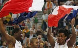Florent Piétrus, Tony Parker et Mickaël Gelabale, après la victoire de l'équipe de France de basket en finale de l'Euro 2013 face à la Lituanie.