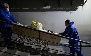 Employés d'une entreprise de pompes funèbres à Mulhouse, le 1er avril 2020.