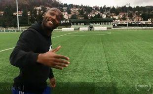 Kévin Théophile-Catherine invite Yasin Celik sur la pelouse du centre d'entraînement de l'Etrat en périphérie de Saint-Etienne.