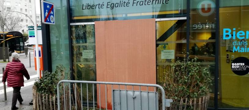 L'entrée principale de la mairie de quartier Nantes-sud a été soufflée par une explosion.