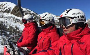 Dix-huit snowboarders de 13 à 28ans s'entraînent sur les pentes d'Isola 2000.