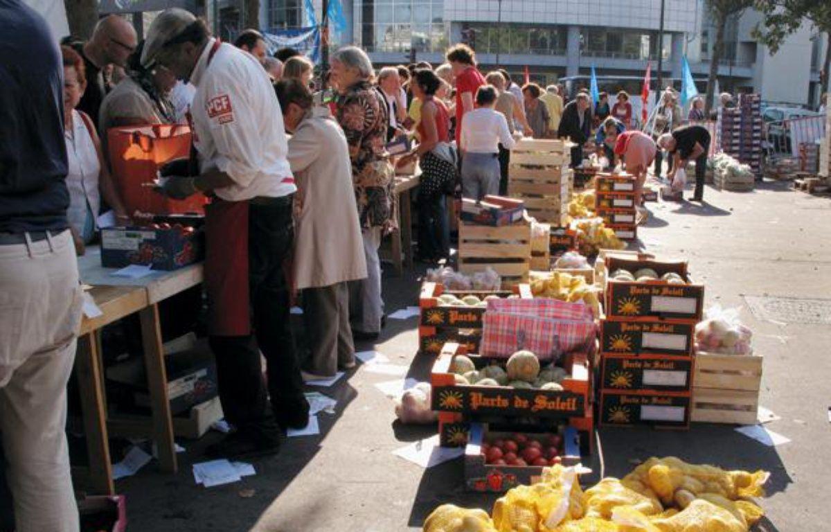 Vente de fruits et légumes à prix coûtant le jeudi 18 août 2011 place de la Bastille à Paris – AFP