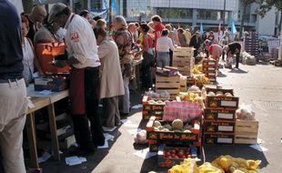 Vente de fruits et légumes à prix coûtant le jeudi 18 août 2011 place de la Bastille à Paris