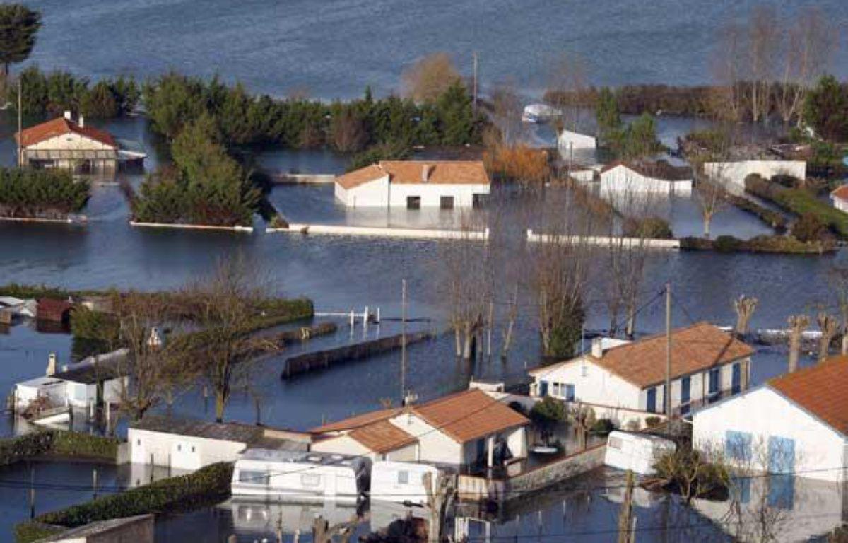 Vue aérienne de L'Aiguillon-sur-Mer, le 1er mars 2010, après le passage de la tempête Xynthia. – R. DUVIGNAU/REUTERS