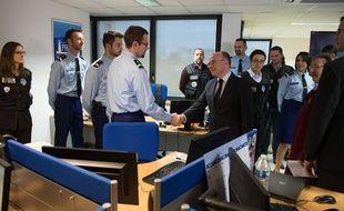 Bernard Cazeneuve dans les locaux de la DCPJ et de Pharos à Nanterre le 19 janvier 2015.