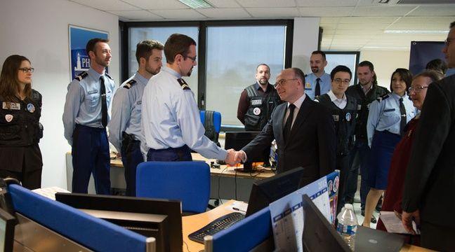 Bernard Cazeneuve dans les locaux de la DCPJ et de Pharos à Nanterre le 19 janvier 2015. – WITT/SIPA