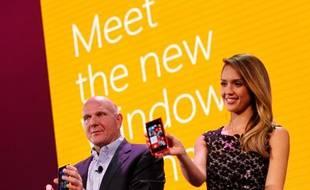 La patron de Microsoft, Steve Ballmer, et l'actrice Jessica Alba, présentent les nouveaux smartphones sous Windows 8, le 29 octobre 2012, à San Francisco.