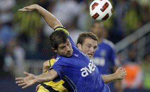 Le joueur de Fenerbahçe, Emre Belozoglu, à la lutte avec Schneuwly Christian des Young Boys de Berne, le 4 août 2010.