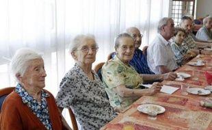 Les baby-boomers, nés entre 1946 et 1974, vont faire exploser le nombre des plus de soixante ans d'ici 25 ans mais aussi le nombre des centenaires, qui pourraient être 200.000 en 2060, soit treize fois plus qu'aujourd'hui, selon l'Insee.