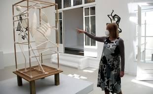 Catherine Grenier, directrice de la Fondation Giacometti, montre la reconstitution d'« Oiseau silence », oeuvre disparue d'Alberto Giacometti, à la veille du déconfinement de l'exposition « À la recherche des œuvres disparues », à l'Institut Giacometti à Paris, le 14 mai.