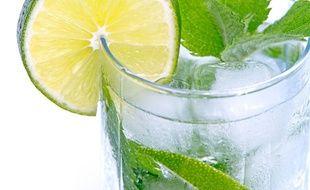 Illustration d'un verre d'eau. En janvier, certains se lancent dans le défi zéro alcool. Une bonne idée pour votre santé?