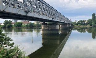 Le pont ferroviaire qui relie Rezé à l'île de Nantes.