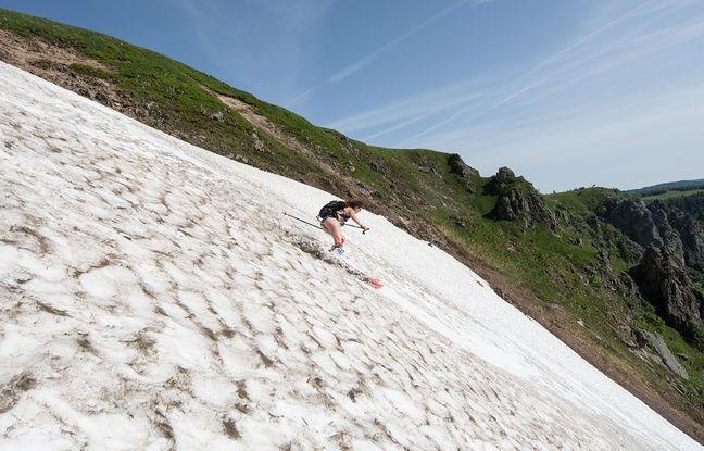 Monitrices de ski, deux copines de 28 ans ont profité d'une belle journée de printemps dans les Vosges pour skier sur un beau névé à proximité du sommet du Hohneck.