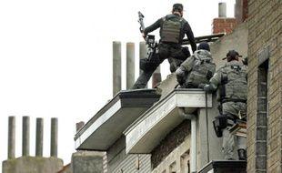 Les forces de police belges dans le quartier de Molenbeek le 16 novembre 2015