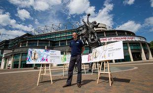 L'ancien capitaine du XV de la Rose Martin Johnson pose devant des reproductions des tickets du Mondial de rugby.