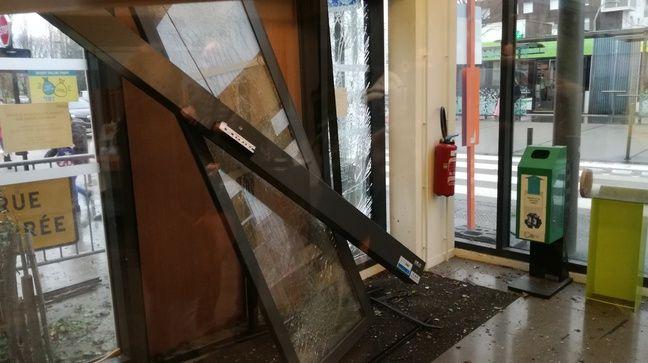 La porte de la mairie annexe a été soufflée