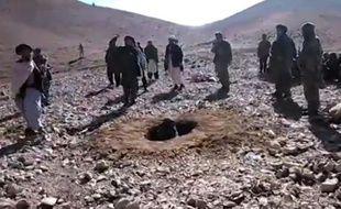 Image extraite d'une vidéo enregistrée le 25 octobre 2015 et rendue publique le 3 novembre 2015 par Radio Free Europe/Radio Liberty, montrant une Afghane (c) en train d'être lapidée par des talibans dans la province de Ghor