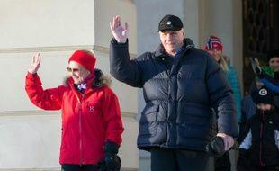 Le roi de Norvège Harald V et la reine Sonja marchent devant le palais royal à Oslo, le 17 janvier 2017