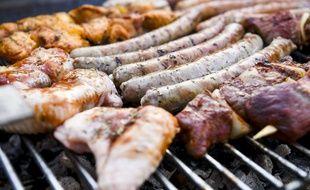 Des viandes cuites sur le gril