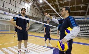 Le coach Mauricio Paes anime une séance d'entraînement du Paris Volley, stade Charléty, le 2 février 2010.