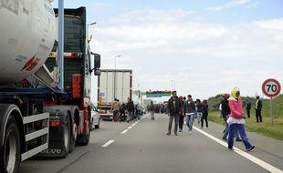 Un mur de 4 mètres sera construit à Calais pour empêcher les migrants d'accéder à la rocade.