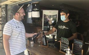 Le bar Le Sur mesure à Nantes met lui même en bouteille sa bière pour les vendre aux clients