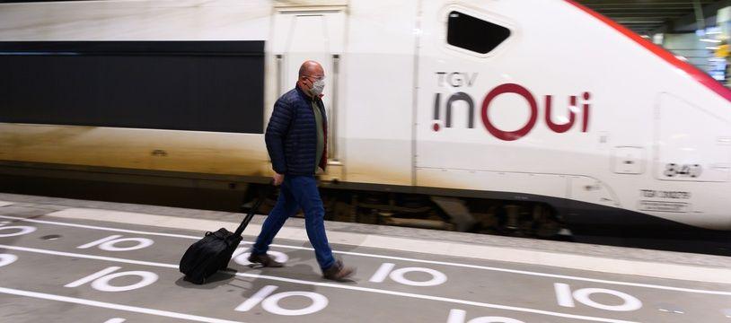 Un voyageur sortant d'un TGV. (Illustration)