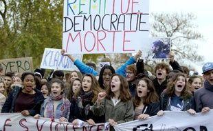 Des lycéens manifestent pour protester contre la mort de Rémi Fraisse, le 7 novembre 2014 à Paris