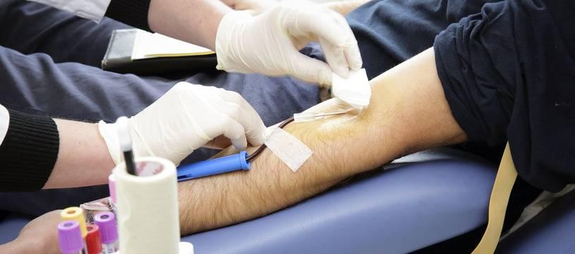 Désormais, le délai d'abstinence appliqué aux hommes ayant des relations sexuelles avec des hommes (HSH) souhaitant donner leur sang sera réduit à 4 mois, contre un an auparavant.