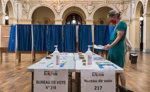 Il n'y avait vraiment pas foule dans les bureaux de vote pour le premier tour des élections régionales et départementales, comme ici, à Lyon.