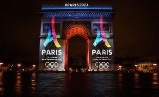 Le logo de Paris 2024 sur l'Arc de Triomphe en février 2016.