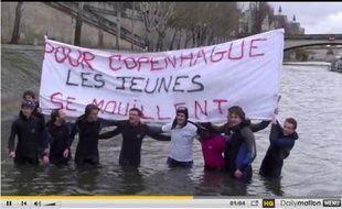 Les jeunes pop' de l'UMP se baignent dans la Seine, le 19 novembre, à Paris.