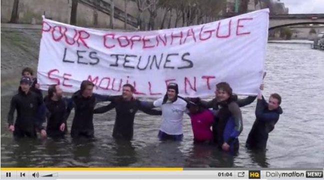 Les jeunes pop' de l'UMP se baignent dans la Seine, le 19 novembre, à Paris. – DR