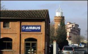 """""""Dimanche soir, le conseil d'administration d'EADS (maison mère d'Airbus, ndlr) a interrompu ses travaux sur Power8"""", le plan d'économies d'Airbus, faute d'accord sur """"la répartition de la charge de travail entre pays sur l'A350 XWB"""", un projet de dix milliards d'euros lancé en décembre pour concurrencer le 787 de l'américain Boeing, a indiqué lundi Airbus dans un communiqué."""