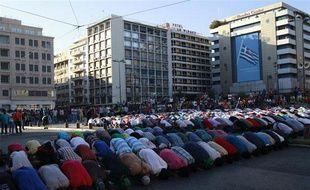 Des manifestants musulmans prient dans le centre d'Athènes, en Grèce, le 23 septembre 2012.
