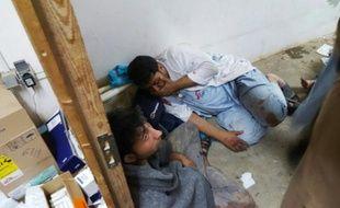 Du personnel afghan de MSF bouleversés après le bombardement de l'hôpital à Kunduz le 3 octobre 2015