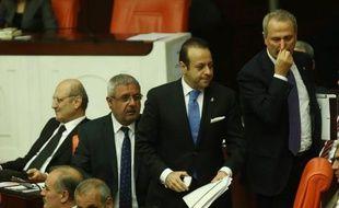 Zafer Çaglayan (d), ancien ministre de l'Economie, Egemen Bagis (c), ancien ministre des Affaires européennes et Erdogan Bayraktar (g) ancien ministre de l'Environnement et de l'Urbanisme, le 5 mai 2014 à Ankara