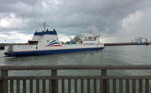 Un navire de la compagnie My Ferry Link entre au port de Calais.