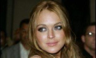 """Un producteur hollywoodien a sommé la jeune actrice américaine Lindsay Lohan de mettre un terme à son """"comportement irresponsable"""" sur le tournage d'un film, la menaçant même de poursuites dans une lettre publié vendredi sur internet."""