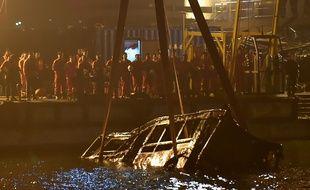 Le bus, qui a chuté d'un pont au dessus de la rivière Yangtze entraînant la mort d'au moins 13 personnes, a été repêché le 1er novembre 2018, à Chongqing en Chine.