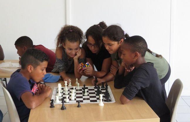 Outre les activités sportives, Younus propose une formation au jeu d'échec.