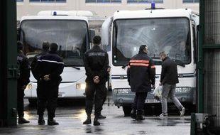 Des détenus sont évacués de la prison de Maubeuge le 19 décembre 2014 (Photo illustration)