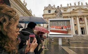 Le public, réuni place Saint-Pierre, a pu assister à la retransmission de la messe sur des écrans géants.