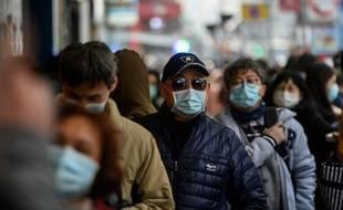 Une file d'attente pour acheter des masques protecteurs à Wuhan (Chine), épicentre du coronavirus, le 1er février 2020.