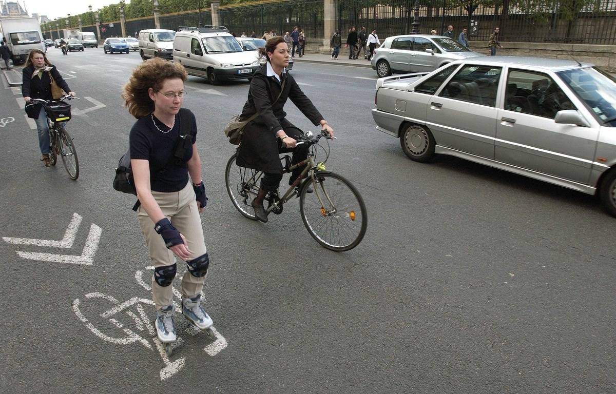 Les Parisiens vont devoir  privilégier le vélo ou le roller pour aller au boulot. – CHAMUSSY/SIPA