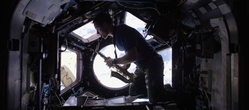 Thomas Pesquet jouant du saxo dans la coupole de la Station spatiale internationale.