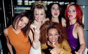 Les Spice Girls - de gauche à droite: Victoria Beckham, Emma Bunton, Melanie Chilshom, Geri Halliwell et devant Mel B