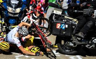 Christopher Froome chute sur la 12e étape du Tour de France, le 14 juillet 2016.