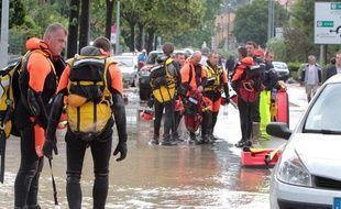 Au moins 22 personnes sont mortes suite à la montée violente des eaux.
